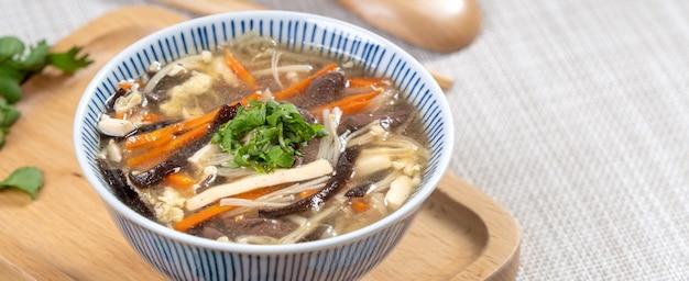 台湾料理-サービングトレイのボウルに入れた自家製のおいしい酸辣湯。