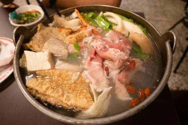 レストランで野菜と肉が入った台湾の小さな鍋