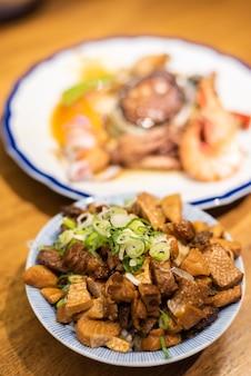 テーブルの上のご飯に中国のシーフード豚肉の台湾のおやつ