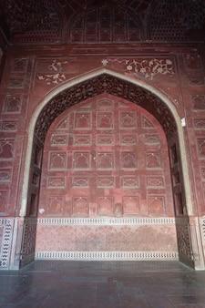 타지 마할. 조경된 정원을 둘러싼 주변 벽에 있는 붉은 사암 출입구의 세부 사항. 아그라, 우타르프라데시. 인도