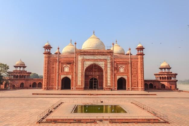 インド、アグラのタージマハルコンプレックスにあるタージマハルモスク。