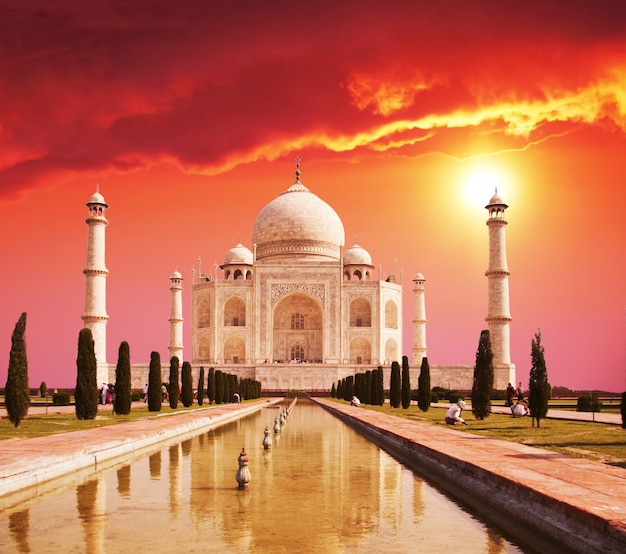 日の出のインドのタージマハール宮殿