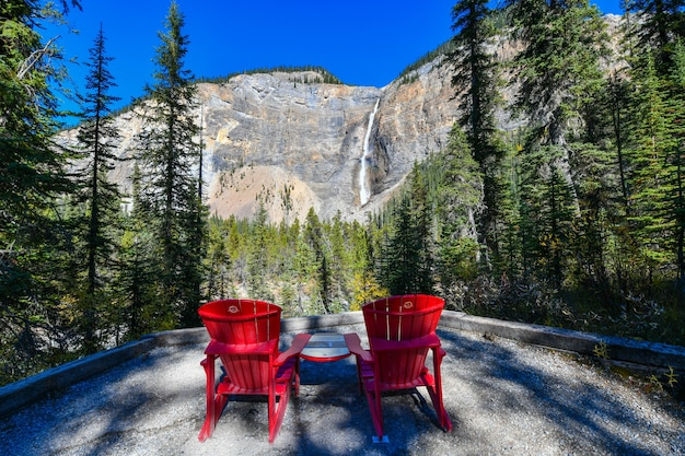 Водопад такаккау - второй по высоте водопад в западной канаде национальный парк йохо, канада.