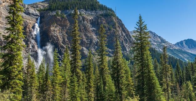 晴れた日のタカカウ滝の滝。ブリティッシュコロンビア州カナディアンロッキーのヨーホー国立公園の自然景観。