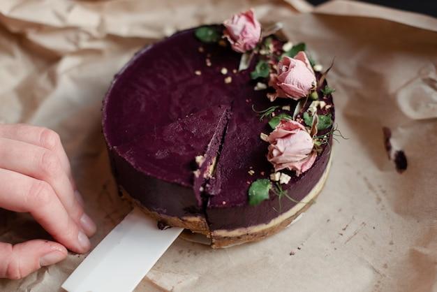 케이크 한 조각을 가져 가십시오. 케이크 한 조각을 자릅니다. 맛있는 천연 디저트. 꽃 장식으로 아름 다운 케이크입니다.