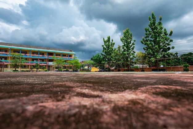 Сделайте широкоугольный снимок многофункционального поля во время пасмурного неба и дождя.