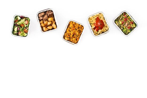 隔離されたホイルボックスで健康食品をテイクアウト