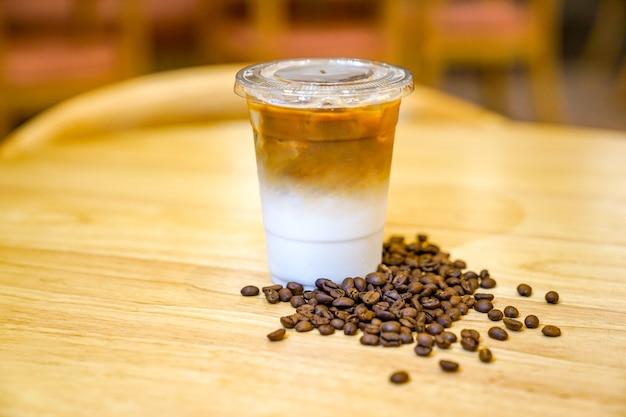 라떼와 커피 원두를 나무 테이블에