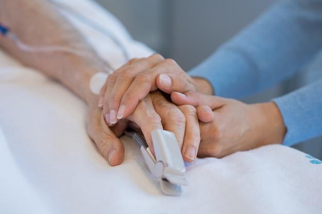 古い患者の世話をする