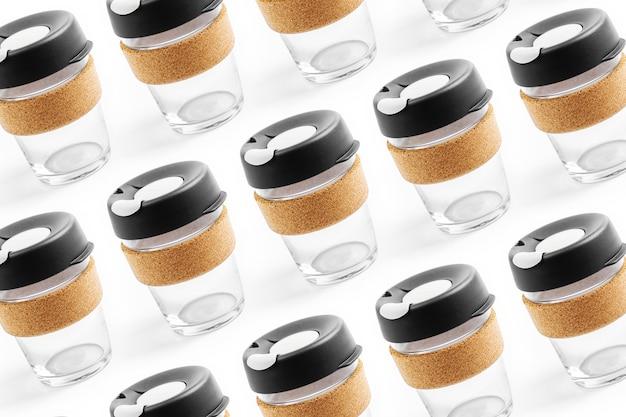 ガラスとコルクバンドで作られた再利用可能なトラベルマグでコーヒーを持ち帰りましょう。ゼロウェイスト。持続可能なライフスタイルのコンセプト。