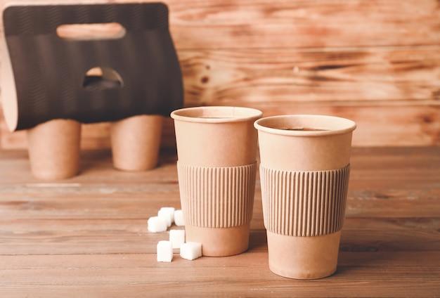 나무 테이블에 테이크 아웃 커피 컵
