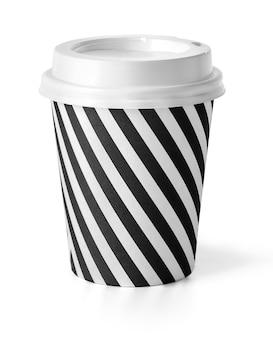 白で隔離される白いカバーが付いているコーヒーのテイクアウト カップ