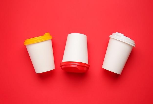 빨간색 음료 테이크 아웃 컵 프리미엄 사진