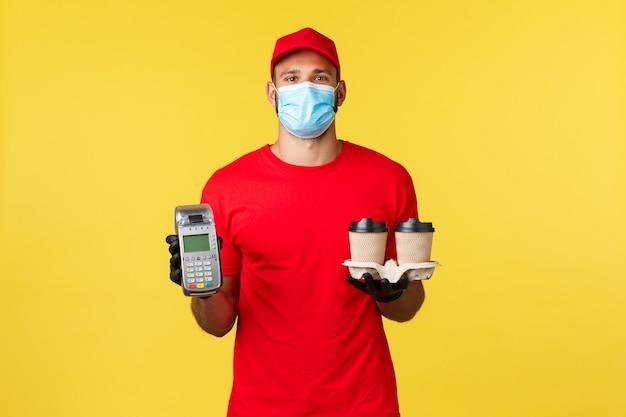 Еда и напитки с доставкой на вынос covid quarantine и профилактика вирусов concept курьер в красной униформе ...