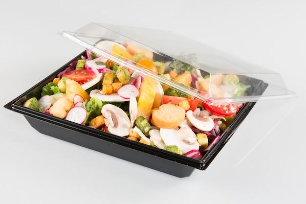 Еда на вынос салатов в плазмовой посуде
