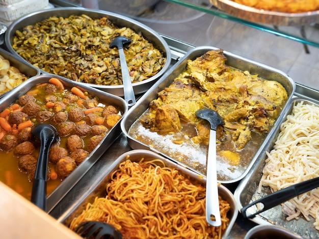 Еда на вынос разнообразная еда,