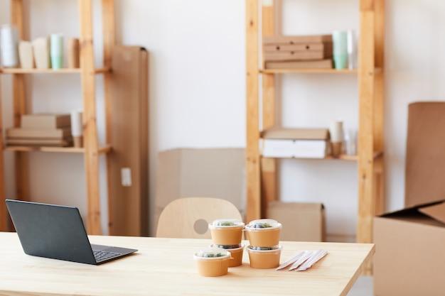 사무실 테이블에 노트북과 테이크 아웃 음식