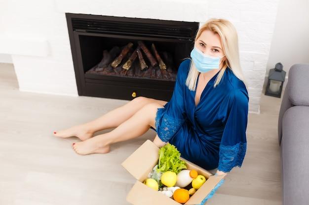 持ち帰り用のサラダ、野菜、食品の配達。検疫covid-19でのサービス食品注文オンライン配信。機内食。