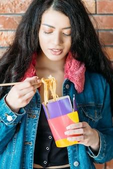 테이크아웃 음식. 저녁 식사에 중국 국수입니다. 밀레니얼 세대의 식습관