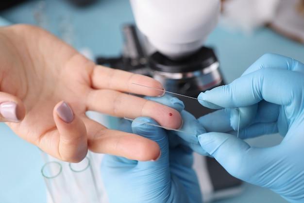 患者の検査のために血液検査を受ける