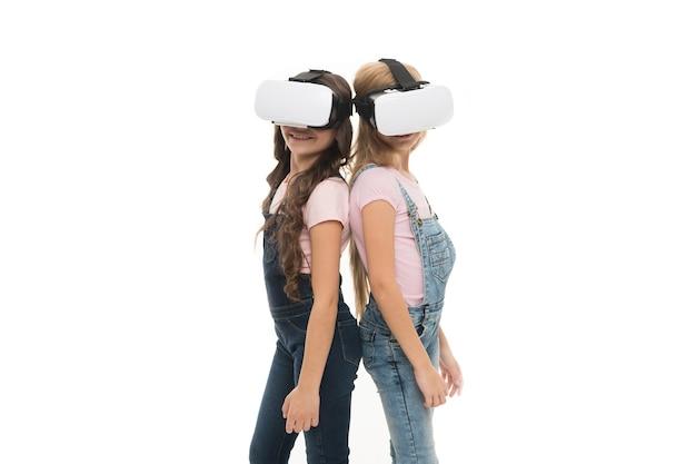 이 새로운 기술을 활용합니다. 학습과 놀이를 위해 vr 기술을 사용하는 사랑스러운 어린 아이들. 혁신적인 기술을 경험하는 귀여운 아이들. 기술이 있습니다. 복사 공간입니다.