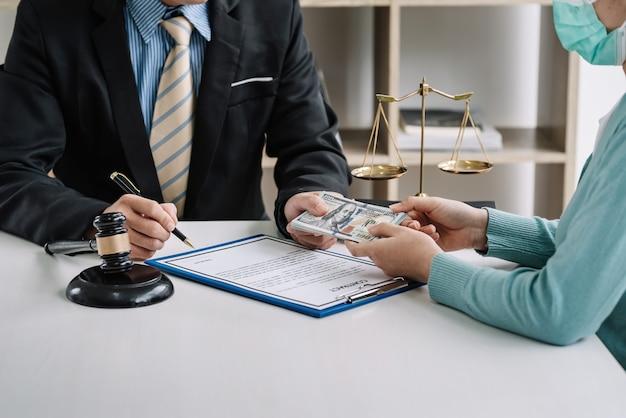 事務所で契約を結んでいる弁護士に賄賂を贈る。 Premium写真