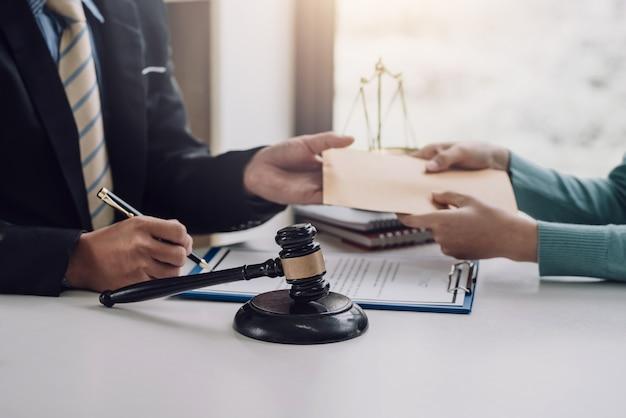 事務所で契約を結んでいる弁護士に賄賂を贈る。
