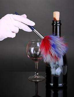 黒のワインのボトルで指紋を取る
