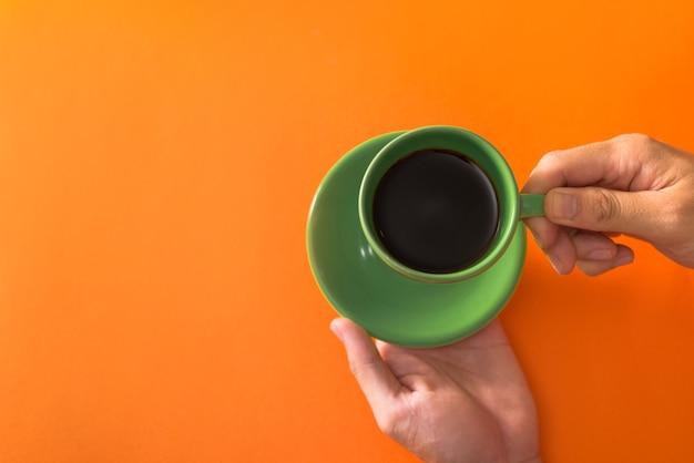 오렌지 표면 평평하게 누워 녹색 커피 한잔 복용