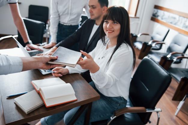 ノートを取る。教室で新しいプロジェクトに取り組んでいるビジネスマンとマネージャー