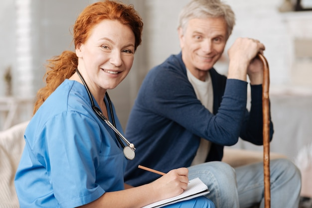 メモを取る。一般的な検査と診断を実行するための彼の要求に応じて老人を訪問する生産的な地元の医師を学びました