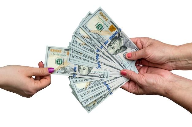 お金の山からドル紙幣を取り出す