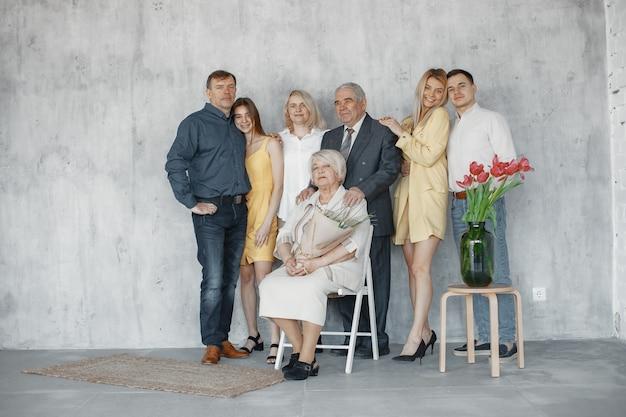 Фотографирование семьи на ступеньках в студии. концепция счастливой годовщины.