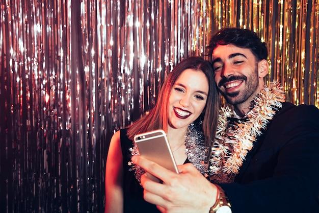 Prendendo selfie su partiti di nuovi anni