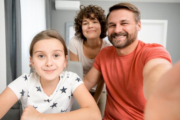 부모와 함께 셀카 찍기
