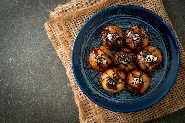 Пельмени такояки с шариками или шарики из осьминога - японская кухня Premium Фотографии