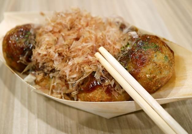 오사카에서 가장 인기 있는 일본 길거리 음식 중 하나인 타코야키 문어 공