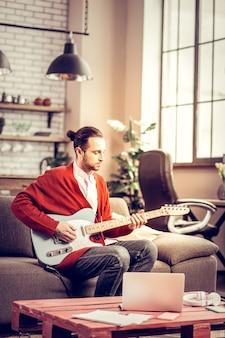 才能と創造性。新しいメロディーを構成するインスピレーションを持っている才能のある創造的なミュージシャン