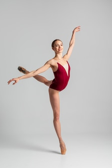 Ballerina di talento che esegue il colpo pieno
