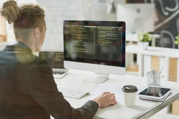 Талантливый кодер, работающий с компьютерным языком