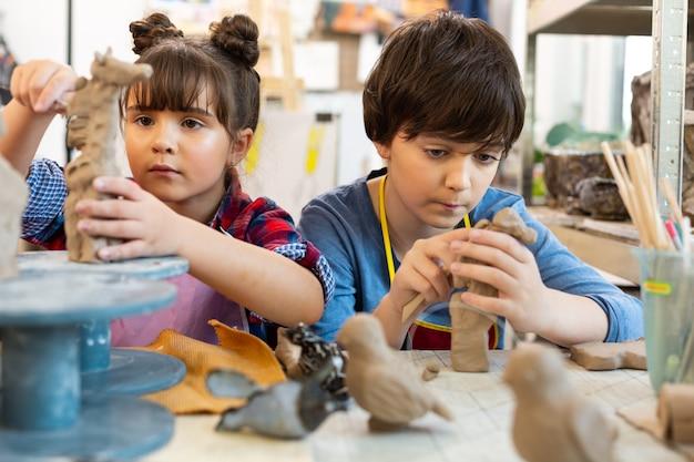アートレッスンに参加している才能豊かな創造的な兄弟姉妹