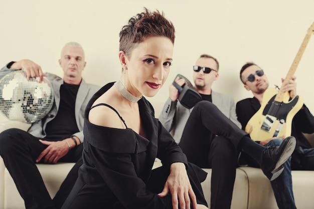 才能のある女性歌手とバンド