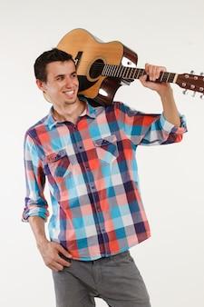 Талантливый музыкант с гитарой.