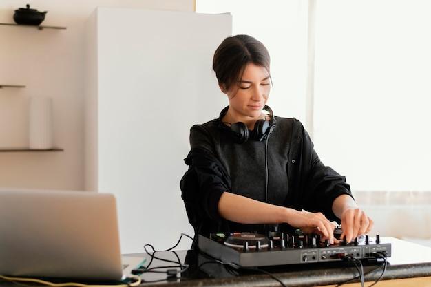 음악을 제작하는 재능있는 사람
