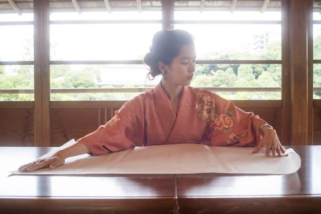 和紙を扱う才能のある女性