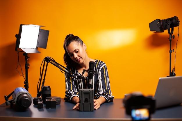 동영상 리뷰를 녹화하면서 충전식 배터리에 대해 이야기하기