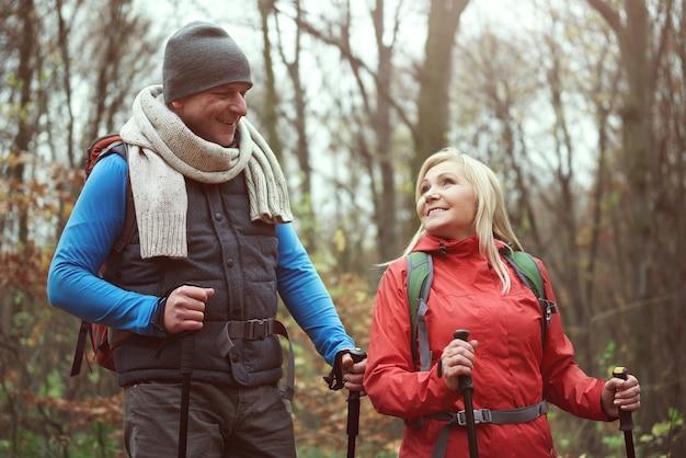 ハイキング中に話したり楽しんだりする