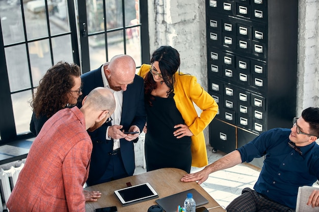 ブレーンストーミングコミュニケーションフレンズコンセプトを話します。企業のデジタルデバイス接続の概念、選択的な焦点を満たすビジネスマン。