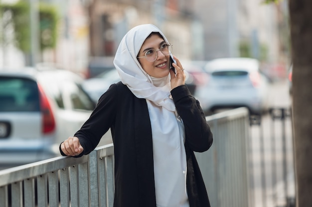 Разговаривает по телефону. портрет красивой мусульманской успешной бизнес-леди