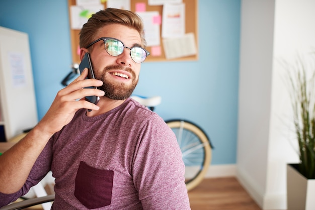 Говоря по телефону и поворачиваясь к окну